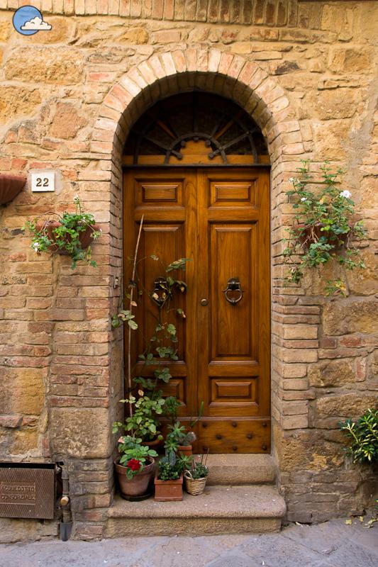 La belleza de las entradas toscanas for Puertas grandes antiguas