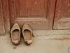 Las madreñas se quedan en la puerta