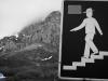 Señor con sombrero baja una montaña con escaleras